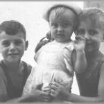 Santiago con su hermano Luis y su primo Roberto